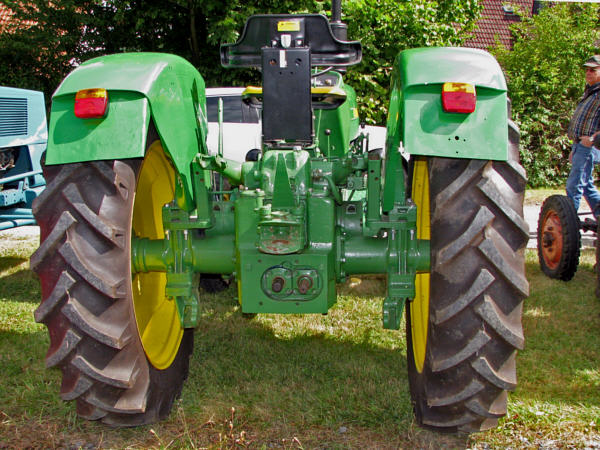 Fahrzeugseiten.de - Traktoren - John Deere-Lanz 700