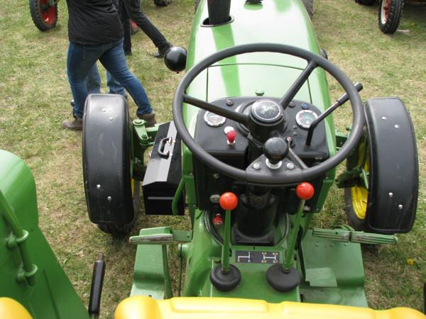 Fahrzeugseiten.de - Traktoren - John Deere 820